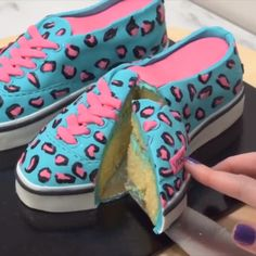 CAKE SHOES Shoe-themed cake to satisfy your sweet tooth! Credit: Cake StyleYou can find Fashion cakes and more on our website.CAKE SHOES Shoe-them. Cake Decorating Videos, Cake Decorating Techniques, Cake Recipes, Dessert Recipes, Shoe Cakes, Cake Wrecks, Fashion Cakes, Novelty Cakes, Cake Tutorial