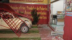 Ladrões usam Fusca para invadir comércio e furtar | Após estourarem o vidro, assaltantes abandonaram o carro no local, levando R$ 350, no Jardim Itamaraty, em São Carlos. O veículo foi apreendido e recolhido. http://mmanchete.blogspot.com.br/2013/08/ladroes-usam-fusca-para-invadir.html#.UgEk5pJQGSo
