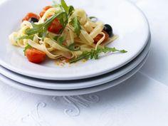 Tagliatelle mit Kirschtomaten, Oliven und Rucola ist ein Rezept mit frischen Zutaten aus der Kategorie Fruchtgemüse. Probieren Sie dieses und weitere Rezepte von EAT SMARTER!