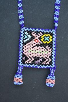 Huichol Art Unusual Flowers, Mexican Designs, Animal Jewelry, Bead Weaving, Seed Beads, Creative Ideas, Beading, Pearls, Molde