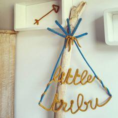 { little tribu } -> petit cadeau sur mesure pour la crèche de mon ptit coeur! [Coloris: moutarde/bleu pacifique] #manitricotine#motsenlaine#tricotin#littletribu#tipi#fleche#boho#bohostyle#decochambredenfant#boisflotte#cadeaupersonnalisé#creationunique#faitmain#spoolknitting#knit#knitting#knittersofinstagram#knitforkids#handmandwithlove#madeinlyon#madeinfrance#lesptitsbonheursdemani