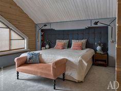 Конструкция в изголовье кровати изготовлена на месте из фанеры по эскизам авторов. Банкетка Marie's Corner.