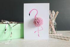 An diesem Trend kommt keiner vorbei: Flamingos, wohin man auch schaut! Wir haben eine schnelle und einfache Anleitung, die ideal zu diesem Trend passt: eine Karte in Flamingo-Optik! Ob als Geburtstagskarte oder als Deko für die Wand - sie ist ein echter Hingucker!