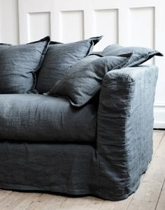 Ideas for Decorating a Living Room in Denim Denim Sofa, Living Room Throws, Linen Couch, Cozy Sofa, Simple Sofa, Couch Covers, Home And Deco, Slipcovers, Home And Living