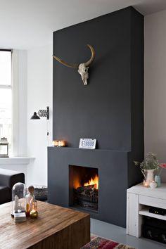 Zwarte open haard met dierenschedel | Black fireplace with animal skull | vtwonen binnenkijken special 12-2017 | Fotografie Sandra Aartman | Styling Evelien Hillebrand