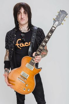 Guns N' Roses guitarist Richard Fortus . Richard Fortus, Seward Park, Guns And Roses, Two By Two, Nyc, Guitar Players, Musicians, Fans, Rock Legends