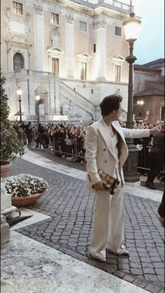 Harry Styles at Musei Capitolini in Rome, Italy for the Gucci Cruise 2020 show {lockscreens} Harry Styles Fotos, Harry Styles Mode, Harry Styles Pictures, Harry Edward Styles, Harry Styles Photoshoot, Harry Styles Icons, Cream Aesthetic, Brown Aesthetic, Aesthetic Vintage