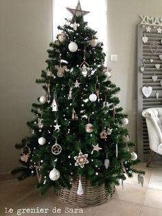 Gold Christmas Decorations, Cool Christmas Trees, Woodland Christmas, Christmas Tree Themes, Noel Christmas, Rustic Christmas, Christmas Lights, Minimalist Christmas Tree, Christmas Tree Inspiration