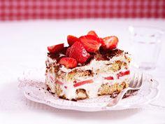 Mascarpone, Löffelbiskuits, Espresso und Erdbeeren - der süßen Sünde Erdbeer-Tiramisu kann einfach niemand widerstehen. So einfach geht's!