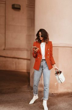 Red Blazer with light wash jeans and white boots by Tweed Blazer Outfit, Orange Blazer Outfits, Blazer Outfits Casual, Oufits Casual, Blazer With Jeans, Red Blazer, Trendy Outfits, Fashion Outfits, Style Fashion