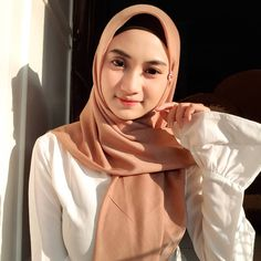 Cantik, menwan dan menarik tanpa meninggalkan kesan muslimah. Hijab Tutorial, Dan, Womens Fashion, Beautiful, Instagram, Anime, Women's Fashion, Hijabs, Feminine Fashion