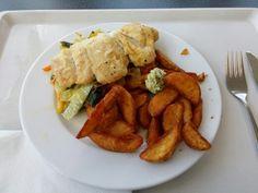 Kräuterfisch mit Kartoffelspalten und Gemüse