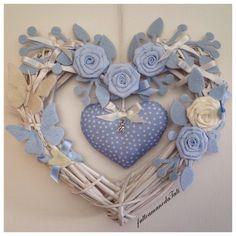 Cuore/fiocco in vimini con rose e farfalle bianche e azzurre e cuore a pois, by fattoamanodaTati, 35,00 € su misshobby.com