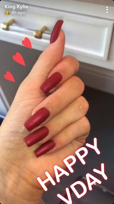 Kylie Jenner is a nail idol. If you want to learn Kylie Jenner's nails, nail shapes, nail designs and nail colors, this guide is definitely for you. Ongles Kylie Jenner, Uñas Kylie Jenner, Estilo Kylie Jenner, Coffin Nails Designs Kylie Jenner, Acrylic Nails Kylie Jenner, Kylie Nails, Red Stiletto Nails, Glam Nails, Red Nails