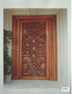 Puerta de entrada de estilo mudéjar en Roble y Nogal