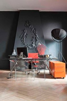 Décor of the day: coral and orange on black | Home office | casavogue.globo