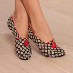 Un #regalo #original y práctico: #zapatillas de viaje. Ideales para llevar en el bolso, para ir al médico, para descalzarse en el avión, para andar sobre la moqueta del hotel, o simplemente para estar en casa… Adaptables del 36 al 40, 20 modelos diferentes a un precio de 18€. Envío exprés #chamanavarro #slippers (en Chama Navarro)