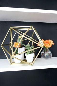 idées déco salon originale - cube créatif à partir de brindilles fixées l'une à l'autre avec des pots de cactus minuscules