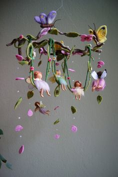 A gallery of felted mobiles from Naturechild. Here you can find mobiles with fairies, Peter Pan and Wendy, butterflies, fairies on a swing, and many more. Fairy Crafts, Felt Crafts, Wet Felting, Needle Felting, Felt Fairy, Baby Fairy, Flower Fairies, Clay Fairies, Fairy Dolls