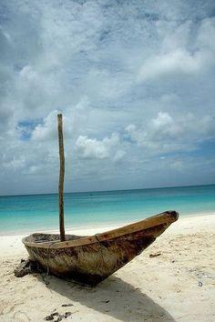Barca su una spiaggia di Zanzibar