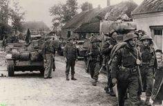 0210348 coll. Chr. Warnar: Engelse Militairen hergroeperen zich en trekken de Noodbrug over naar Asten na een hevige strijd. 24/9/1944