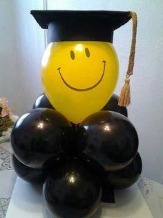 Centros de mesa con globos para fiesta de grado. #FiestaDeGrado