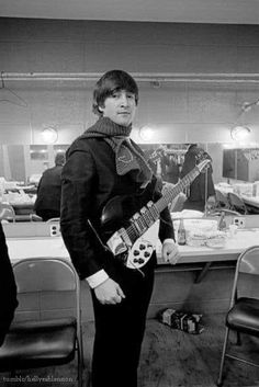 John backstage, posing with a personalized scarf made for him by a fan - Beatles Band, Beatles Love, John Lennon Beatles, Beatles Photos, Jhon Lennon, Joey Ramone, Ramones, Liverpool, The Fab Four