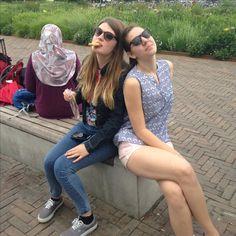 Reizigers in en rondom Amsterdam Sloterdijk genieten van het mooie weer // Dakota, Julia, Jessica