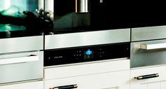 Harman Kardon brengt u perfect klinkende muziek waar dat ook maar mogelijk is. Nu, met de komst van de MaestroKitchen kunt u uw inspiratie muzikaal ondersteunen in één van de belangrijkste plaatsen in het huis: de keuken! Waar komt echter de geweldige sound vandaan? Dat zullen uw gasten zich ongetwijfeld gaan afvragen, daar het mogelijk is de speakers van de MaestroKitchen onzichtbaar in uw keuken weg te werken, net zoals alle kabels en snoeren die er naartoe gaan. Een super #innovatie!