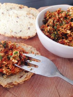pesto van zongedroogde tomaten, feta en basilicum! Lekker op brood onder een roerei of zo op een getoast (spelt)broodje.