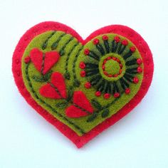 Adorable embroidered heart felt brooch, this would be cute for Valentine's Day Felt Embroidery, Felt Applique, Diy St Valentin, Fabric Crafts, Sewing Crafts, Valentine Crafts, Valentines, Felt Brooch, Brooch Pin