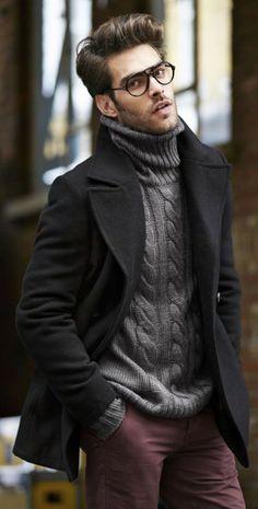 Schöne Kombination aus schwarzem Caban, grauem Rollkragenpullover mit Zopfmuster und burgundfarbener Chino.