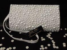 Bolsinha para clutch acrilica com forro em cetim ,2 botões imã, cravejada de meia perola (600 perolas). nossos produtos são feitos artesanalmente. R$ 69,90
