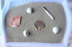 Nous allons régulièrement à la plage. Si Doucette a déjà plongé les pieds dans le sable, je ne l'ai en revanche jamais laissée l'explorer de ses mains. Il y a souvent beaucoup de trop de vent au bord de l'eau, et je suis déjà bien occupée à surveiller les multiples allées et venues de sa grande sœur. Lors de notre dernière escapade à Saint-Malo, j'ai eu envie de ramener un peu de sable dans une bouteille pour lui en faire profiter au calme et au chaud à la maison. Voilà comment je me suis…