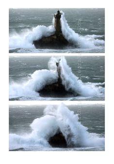 Tempête. Bretagne. Phare de la Vieille. La Pointe du Raz Lighthouse Lighting, Lighthouse Pictures, Ocean Beach, Ocean Waves, Photo Bretagne, Wow Photo, Ocean Storm, Photos Originales, Water Tower