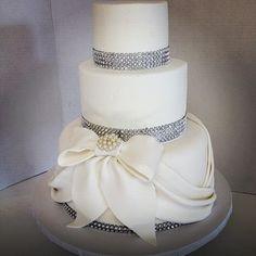 #whitewedding #bling #laprom #bowtiful #instacakes