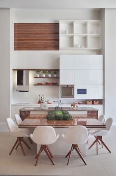 do dia: ilha do chef White Modern kitchen with integrated dining.White Modern kitchen with integrated dining. Kitchen Interior, New Kitchen, Kitchen Dining, Kitchen Decor, Kitchen Island, Kitchen Layout, Kitchen Modern, Kitchen Ideas, Kitchen Wood