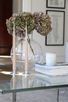 Att byta plats Home Coffee Tables, Coffee Table Design, Interior Design Photos, Living Room Inspiration, Flower Decorations, Garden Decorations, Room Interior, Planting Flowers, Flower Arrangements