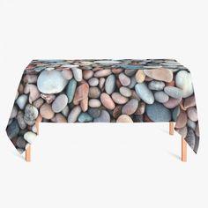 Tafelkleed Kiezelstenen   Fleur je keuken op met dit weerbestendige tafelkleed bestaande uit geweven linnen met PVC.   #tafelkleed #keukentextiel #keuken #kleed #pvc #print #opdruk #tafel #weerbestendig #steen #stenen #kiezels