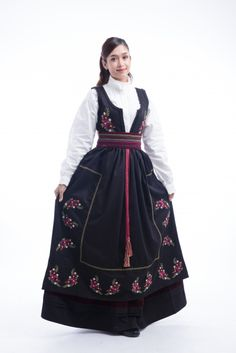 Festdrakt Kamilla til dame - barekjoler.no, Festdrakt Kamilla til dame - barekjoler. Scandinavian Festival, Folk Costume, Costumes, First Photo, Face And Body, Winter Outfits, Womens Fashion, Norway, Dresses