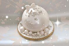 Risultati immagini per christmas bauble cake Mini Christmas Cakes, Christmas Cake Decorations, Christmas Sweets, Holiday Cakes, Christmas Cooking, Christmas Goodies, Christmas Baubles, Xmas Cakes, Wilton Cake Decorating