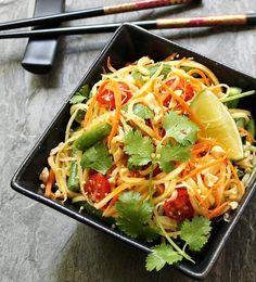 Thai Green Papaya Salad (Som Tum) ~ an explosion of color, contrasting flavors and texture Healthy Salad Recipes, Raw Food Recipes, Asian Recipes, Vegetarian Recipes, Cooking Recipes, Ensalada Thai, Papaya Salat, Clean Eating, Healthy Eating