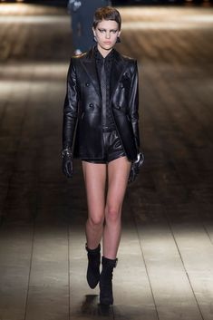 The complete Saint Laurent Fall 2018 Ready-to-Wear fashion show now on Vogue Runway. Autumn Fashion 2018, New Fashion Trends, Fashion Week, Retro Fashion, Trendy Fashion, Runway Fashion, Womens Fashion, High Fashion, Fashion Ideas