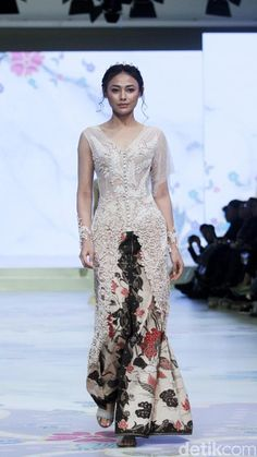 Modern Kebaya, Kebaya Dress, Batik Fashion, Wedding Wear, Fashion Show, Fashion Design, Traditional Dresses, Pretty Dresses, Gowns