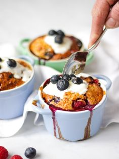 This delicious basic Easy Baked Oats recipe is the perfect healthy breakfast dish. A no stir porridge, or baked porridge, is Slimming World plan friendly, and easy to make ahead. Serve with juicy raspberries and blueberries! Breakfast And Brunch, Healthy Breakfast Dishes, Syn Free Breakfast, Porridge Recipes, Oats Recipes, Gourmet Recipes, Dessert Recipes, Autumn Recipes Baking, Baked Oats Slimming World