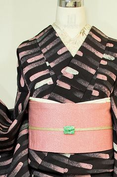 アッシュブラックの地に、ブラシで描いたラインを思わせるモダンボーダーデザインが染め出された袷着物です。