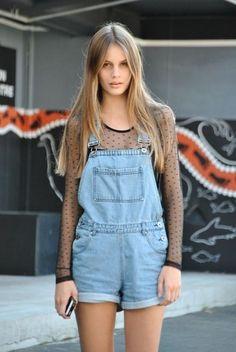 20 façons de porter le short en jeans - La salopette s'associe au body...© Pinterest Shorts Gurl