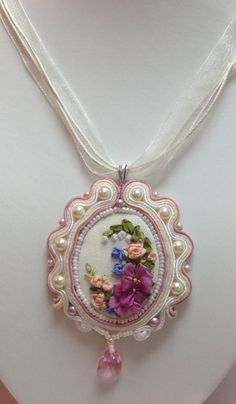 Interesting way to make the frame Silk Ribbon Embroidery, Embroidery Jewelry, Beaded Embroidery, Cross Stitch Embroidery, Hand Embroidery, Embroidery Designs, Beaded Flowers, Fabric Flowers, Brooches Handmade