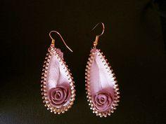 zipper earrings with flower Zipper Bracelet, Zipper Jewelry, Fabric Jewelry, Jewelry Tree, Jewelry Crafts, Fabric Flower Tutorial, Bow Tutorial, Zipper Flowers, Fabric Flowers