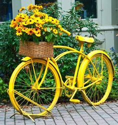 doesn't matter how many old bikes turned planters for yard art I see, I really love the charm it brings. Have to do one this year for sure. Old Bicycle, Old Bikes, Bicycle Decor, Bicycle Basket, Bicycle Art, Vintage Bike Decor, Bicycle Crafts, Bicycle Design, Fleur Design